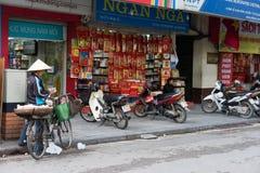 Hanoi, Vietnam - 16. November 2014: Außenansicht von Buchladen in Dinh Liet-Straße Der Verkauf auf Bürgersteig ist in Hanoi, Viet Stockfotos