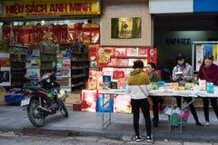 Hanoi, Vietnam - 16. November 2014: Außenansicht von Buchladen in Dinh Liet-Straße Der Verkauf auf Bürgersteig ist in Hanoi, Viet Stockfoto