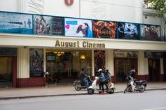 Hanoi Vietnam - November 16, 2014: August Cinema den mycket gamla filmbiografen som lokaliseras på den Hang Bai gatan, minut 5 i  Arkivbild
