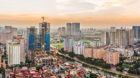 Hanoi Vietnam - 01 November, 2014: Byggnaden är under konstruktion på solnedgången Arkivbilder