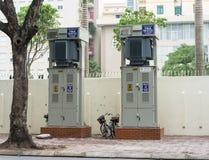 Hanoi Vietnam - November 16, 2014: Elektriska kabinetter på trottoaren av den Tran Hung Dao gatan Många elektriska askar som blir Arkivfoto