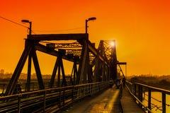 Hanoi Vietnam - 18 November, 2012: Folket går hem i solnedgången på den långa Bien bron Royaltyfri Foto