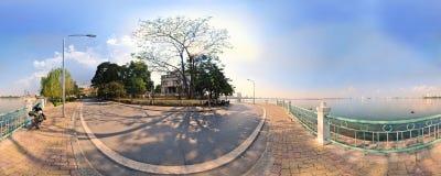 Hanoi Vietnam - November 10,2012: Skuggorna av trädet är på gatan på den västra sjön Arkivfoton