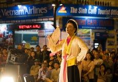 Hanoi Vietnam - November 2, 2014: Vietnamesiska konstnärer utför folkmusik och sång på morMaj st, gammal stad av Hanoi Den manlig Arkivfoto
