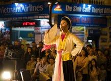 Hanoi Vietnam - November 2, 2014: Vietnamesiska konstnärer utför folkmusik och sång på morMaj st, gammal stad av Hanoi Den manlig Royaltyfri Fotografi