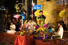 Hanoi Vietnam - November 2, 2014: Vietnamesiska konstnärer utför folkmusik och sång på morMaj st, gammal stad av Hanoi Plommonern Arkivbilder