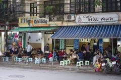 Hanoi, Vietnam - 9 novembre 2014: Caffè tipico in via tailandese di Phien La gente si siede sul piccolo sedile di plastica che ma Fotografie Stock