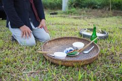 Hanoi, Vietnam - 15 novembre 2015: L'offerta obietta per pioggia tradizionale che prega il ceremonial in villaggio dei gruppi etn Immagini Stock Libere da Diritti