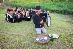 Hanoi, Vietnam - 15 novembre 2015: La gente di minoranza etnica esegue la pioggia tradizionale che prega il ceremonial in villagg immagine stock libera da diritti