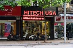 Hanoi, Vietnam - 16 novembre 2014: Vista frontale della memoria elettronica in via di Hang Bai Il Vietnam si trasforma in in prod Fotografie Stock Libere da Diritti