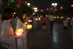 Hanoi, Vietnam - 10 Oct, 2014: De boeddhisten houden bloemslingers en gekleurde die lantaarns voor het vieren van de verjaardag v Royalty-vrije Stock Foto