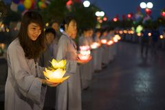 Hanoi, Vietnam - 10 Oct, 2014: De boeddhisten houden bloemslingers en gekleurde die lantaarns voor het vieren van de verjaardag v Royalty-vrije Stock Foto's