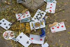 Hanoi, Vietnam - 25 Oct, 2015: Oude speelkaarten op een stapel van huisvuil op straat stock afbeelding