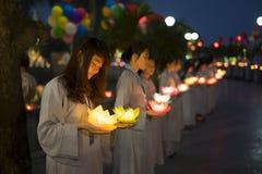 Hanoi Vietnam - Oktober 10, 2014: Buddister rymmer blommagirlander och kulöra lyktor för att fira födelsedagen för Buddha` som s  Royaltyfria Bilder