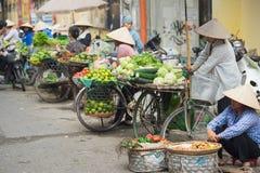 Hanoi Vietnam - Oktober 25, 2015: Grönsakmarknad på gatan i Hanoi Arkivbild