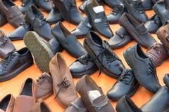 Hanoi Vietnam - Oktober 11, 2016: : Olik typ av billiga priset skor till salu på den Hanoi gatan Arkivfoto