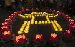 Hanoi Vietnam - Oktober 10, 2014: Tempel av litteratursymbolet som göras från blommagirlander och färgade lyktor på fe för födels Royaltyfri Foto