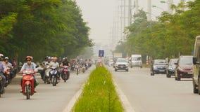 HANOI, VIETNAM - OKTOBER 13, 2016: Verkeer in de stad van Hanoi vietnam stock video