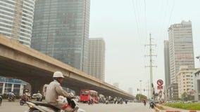 HANOI, VIETNAM - OKTOBER 13, 2016: Verkeer in Hanoi op de achtergrond van wolkenkrabbers stock footage