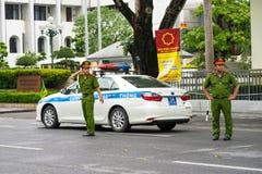Hanoi, Vietnam - 2 Sep, 2016: De sedan van de Vietamesepolitie met rode/blauwe lichten in een gebeurtenis over Dinh Tien Hoang-st stock afbeeldingen