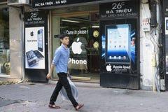Hanoi, Vietnam - 14 Sept., 2014: De niet geïdentificeerde mens loopt op stoep over de opslag van het technologieapparaat op de st Stock Foto's
