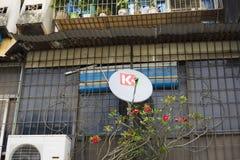 Hanoi Vietnam - Sept 21, 2014: Television för hög definition genom att använda den satellit- signalhäleripannan i u-länder arkivfoto