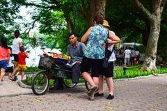 Hanoi Vietnam September 1 2015 en man gjutas från färgläggning för rismjöl och matför att skapa hantverk för en leksak det produk Arkivfoto