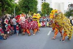Hanoi Vietnam - September 25, 2015: En show av komplexet för stad för lejondans tidvis i vietnamesiska mitt- höstfestivaldagar Royaltyfri Foto