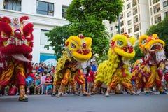 Hanoi Vietnam - September 25, 2015: En show av komplexet för stad för lejondans tidvis i vietnamesiska mitt- höstfestivaldagar Fotografering för Bildbyråer