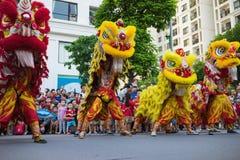 Hanoi Vietnam - September 25, 2015: En show av komplexet för stad för lejondans tidvis i vietnamesiska mitt- höstfestivaldagar Arkivfoton