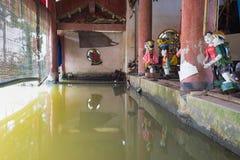 Hanoi Vietnam - September 20, 2015: Gemensamma vietnamesiska vattendockor bak puppetrytillstånd i den Dao Thuc byn Kontrollrummet royaltyfria foton