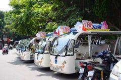 Hanoi Vietnam, September 1, 2015: Liv i den Vietnam spårvagnen bredvid svärd sjön i hanoi, Vietnam Spårvagnen är turistens farvou Royaltyfria Foton