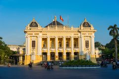 Hanoi, Vietnam - 14. September 2014: Hanoi-Opernhaus am klaren Abend, modelliert auf dem Palais Garnier, das ältere von Paris-` s stockfotografie
