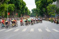 Hanoi, Vietnam - 2 settembre 2016: Corsa di bicicletta in via di Dinh Tien Hoang, intorno al lago Hoan Kiem, centro di Hanoi Immagine Stock Libera da Diritti