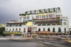 Hanoi, Vietnam - 2 settembre 2015: Vecchia costruzione commerciale che resta dal lago Hoan Kiem o Ho Guom o lago sword, il centro Fotografia Stock
