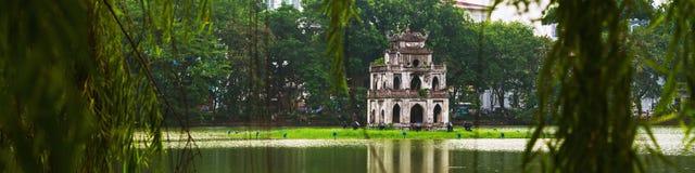 hanoi vietnam Sköldpaddatorn på Hoan Kiem sjön Arkivbilder