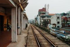 Hanoi, Vietnam, 12 20 18: Touristen, die an der berühmten Zugstraße in Hanoi und einige Fotos machen warten lizenzfreie stockbilder