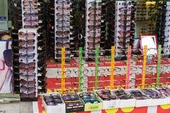Hanoi, Vietname - 28 de abril de 2015: Óculos de sol para a venda em uma loja na rua de Cau Giay Imagem de Stock