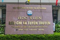 Hanoi, Vietname - 28 de abril de 2015: Nomeie a placa da academia do jornalismo e da comunicação na entrada na rua de Xuan Thuy fotos de stock royalty free