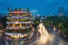 Hanoi, Vietname - 28 de agosto de 2015: Ideia aérea da arquitetura da cidade de Hanoi no crepúsculo na interseção que localiza ao Fotos de Stock