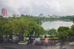 Hanoi, Vietname - 28 de agosto de 2015: Lago Hoan Kiem, o centro de Hanoi Imagens de Stock