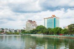 Hanoi, Vietname - 16 de agosto de 2015: Opinião ocidental do lago com rua de Thanh Nien, hotel de cinco estrelas de Sofitel Arqui Imagens de Stock Royalty Free