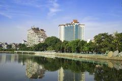 Hanoi, Vietname - 23 de agosto de 2015: Opinião ocidental do lago com rua de Thanh Nien, hotel de cinco estrelas de Sofitel Arqui Fotos de Stock