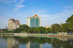 Hanoi, Vietname - 23 de agosto de 2015: Opinião ocidental do lago com rua de Thanh Nien, hotel de cinco estrelas de Sofitel Arqui Fotografia de Stock Royalty Free