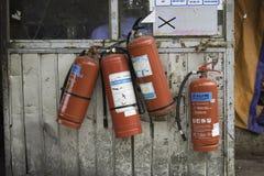 Hanoi, Vietname - 28 de agosto de 2015: Os extintores penduraram na casa velha da segurança no mercado longo de Bien Fotografia de Stock Royalty Free
