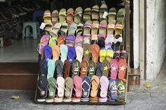 Hanoi, Vietname - 28 de agosto de 2015: Vário tipo de sandália para a venda em uma loja na rua de Hanoi Imagens de Stock Royalty Free
