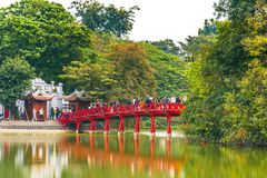 HANOI, VIETNAME - 16 DE DEZEMBRO DE 2016: Ponte vermelha sobre uma lagoa Copie o espaço para o texto Fotografia de Stock