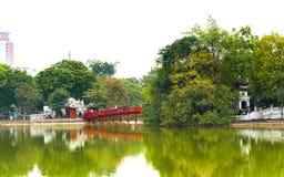HANOI, VIETNAME - 16 DE DEZEMBRO DE 2016: Ponte vermelha sobre uma lagoa Copie o espaço para o texto Fotos de Stock