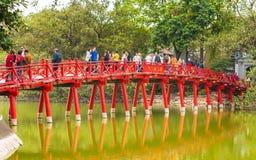 HANOI, VIETNAME - 16 DE DEZEMBRO DE 2016: Ponte vermelha sobre uma lagoa Copie o espaço para o texto Foto de Stock