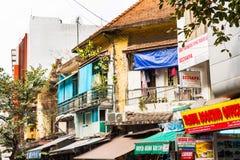 HANOI, VIETNAME - 16 DE DEZEMBRO DE 2016: Vista dos precários da cidade Close-up fotografia de stock royalty free